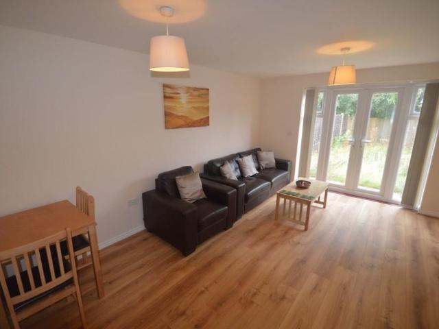 2 Detached House In Westwood Heath For Rent