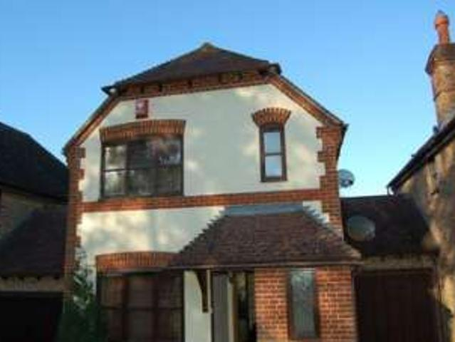 3 Bedrooms Link Detached House For Rent In Old Barn Court, Haywards Heath Rh16