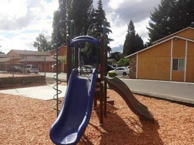 $675 / 2br 992ft² Professionally Managed, The Only Community In Woodburn With A Pool