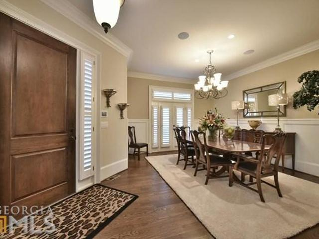 6 Bedrooms Townhouse