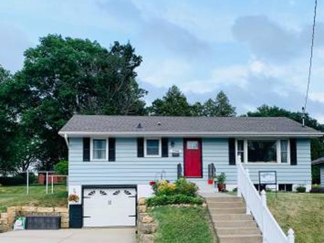 Charming 3 Bed, 2 Bath Available Dubuque