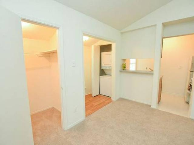 Charming Studio Apartment Wcozy Sunroom, Steps Away From The Pool