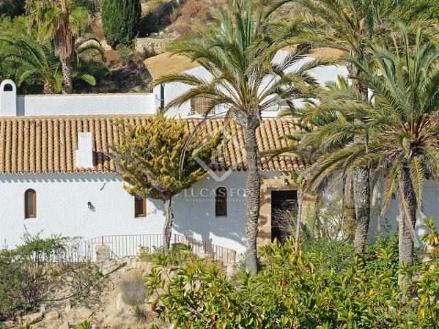 Excellent Mediterranean Seafront 3 Bedroom Villa A Few Steps From The Beach, With A Jacuzz...