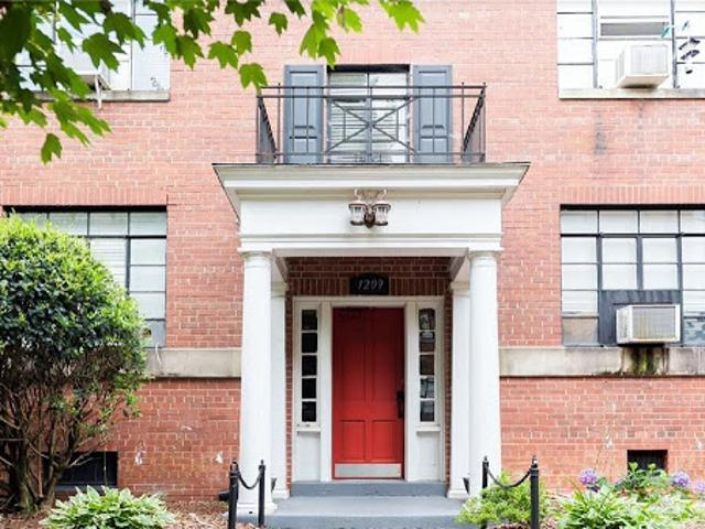 High Point One Br One Ba, Very Well Maintained Uptowne Main Leve