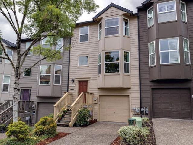 Large Townhome With Fenced Patio