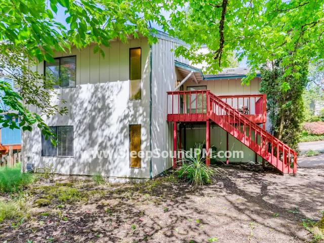 Recently Updated Three Bedroom Duplex With Deck And Yard Lake Oswego Available Now!