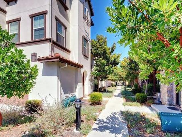 Three Br Townhouse One Br One Full Ba Suite On Ground Floor