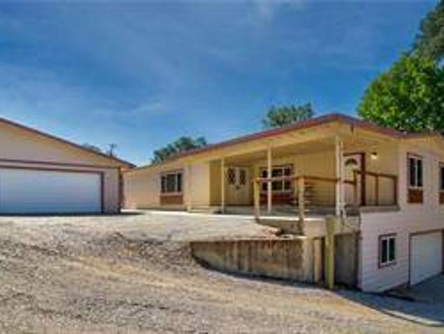 Waterfront Home With Privacy And Huge Garage Space. Clearlake