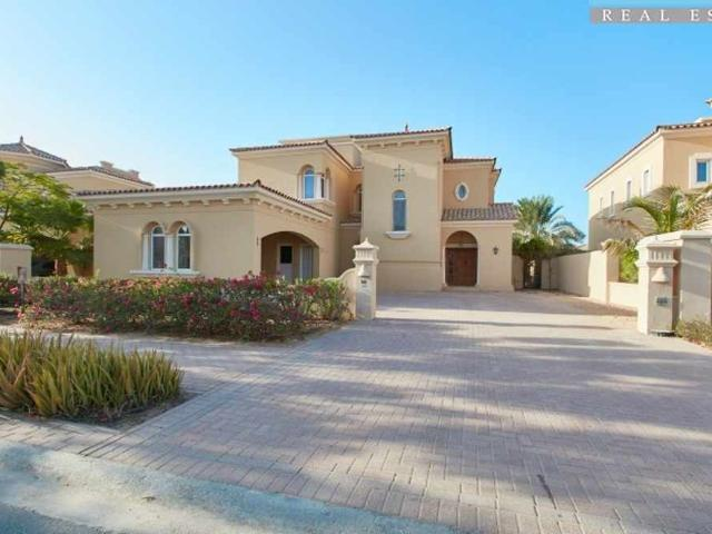Well Maintained Villa Family Living Near Swimming Pool